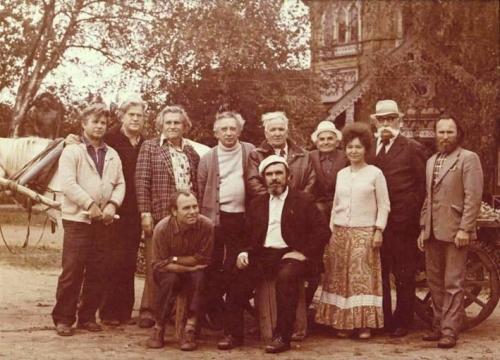 Группа художников на Академической даче с академиком Б.С. Угаровым