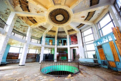 Центральный зал речного вокзала в городе Волжском. Современный вид.