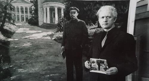 М.Г. Богатырёв у своей картины «Ленин в Горках»